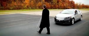 persona ciega delante de un coche