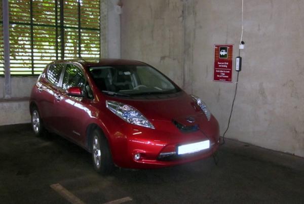 Nissan Leaf Cargando en schuko...
