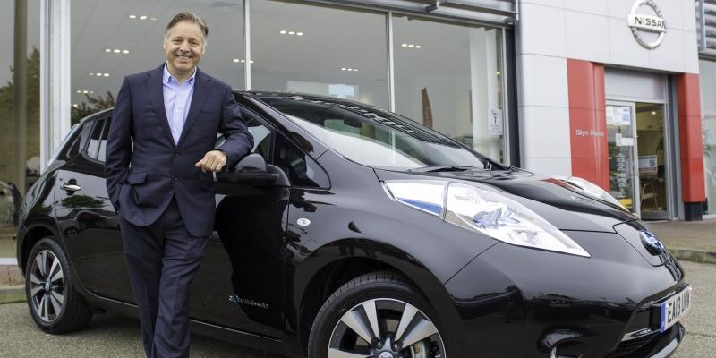 El presentador británico Mark Goodier es el primer propietario del nuevo Nissan LEAF