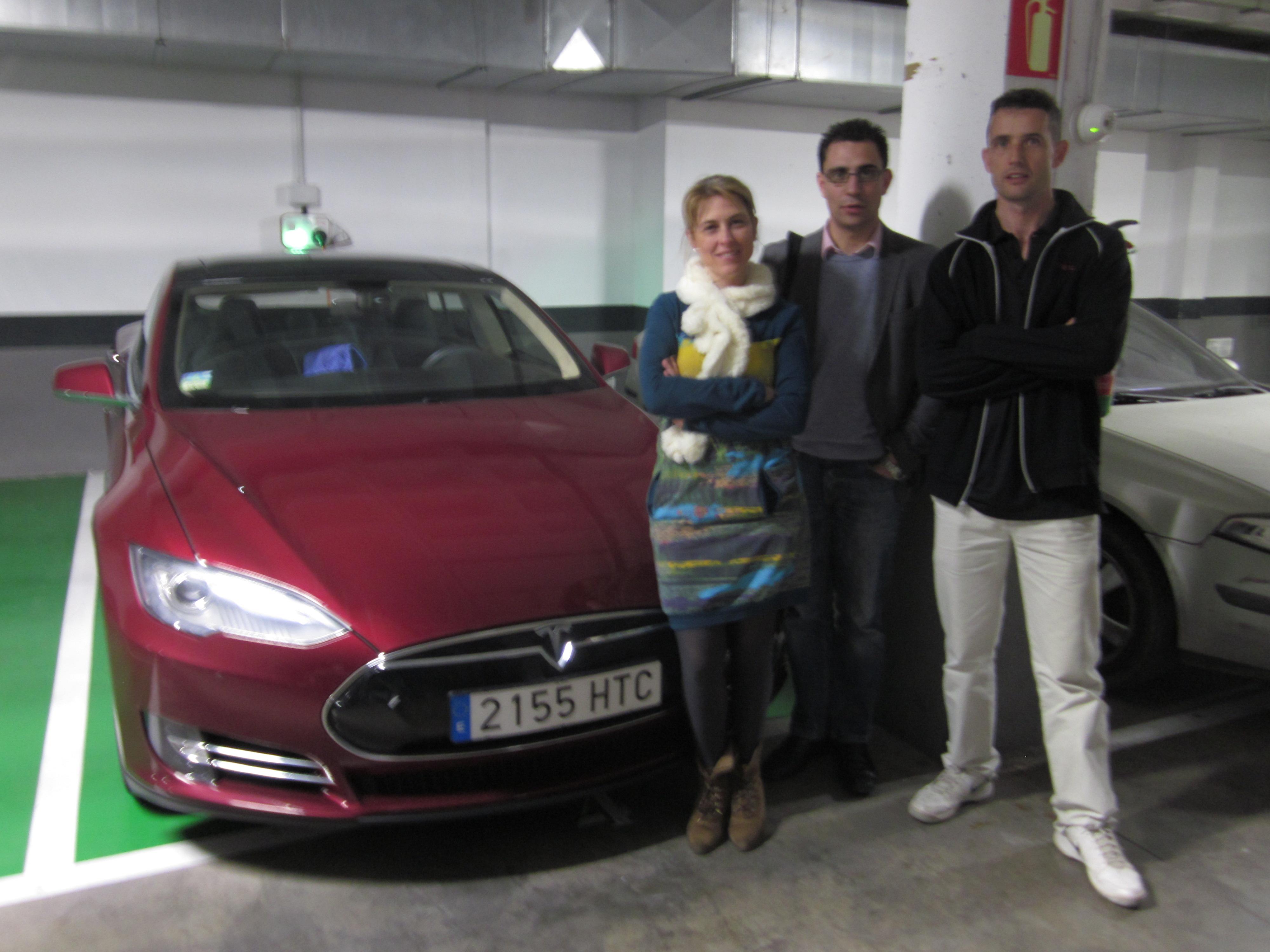 Propietario de un Tesla S en Las Arenas, Valencia, recarga