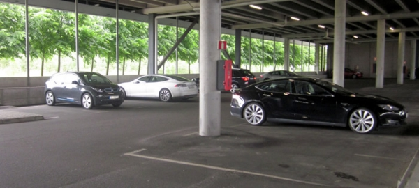 En esta imagen, se pueden ver 3 teslas, 1 BMW i3 y al fondo, 1 Nissan Leaf