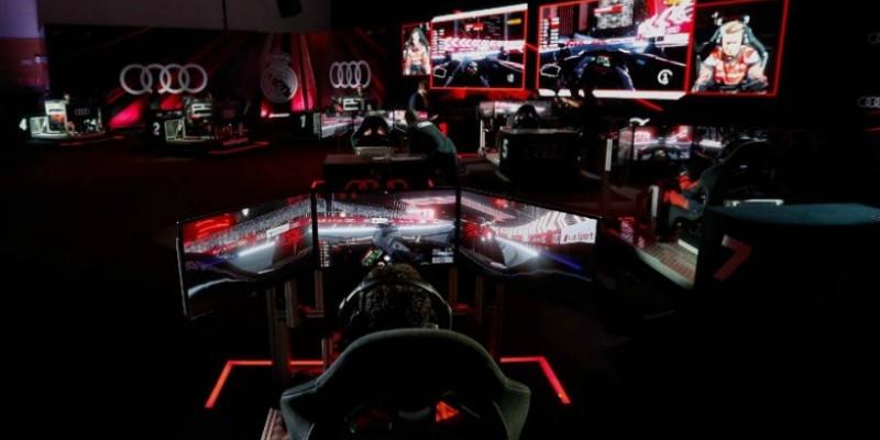 Los jugadores del Real Madrid compiten en una carrera virtual de la Formula Eléctrica