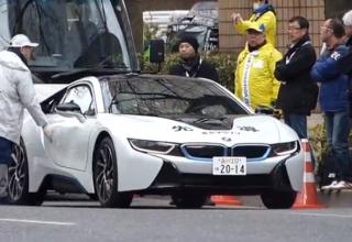 El BMW i8 se deja ver por la maratón de Tokio.
