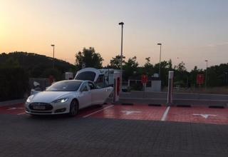 El Primer Supercharger de Tesla ya esta disponible en España