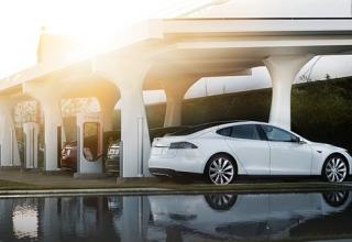 El súper cargador de Tesla se expande: energía gratuita y en tiempo récord atraviesa el viejo continente